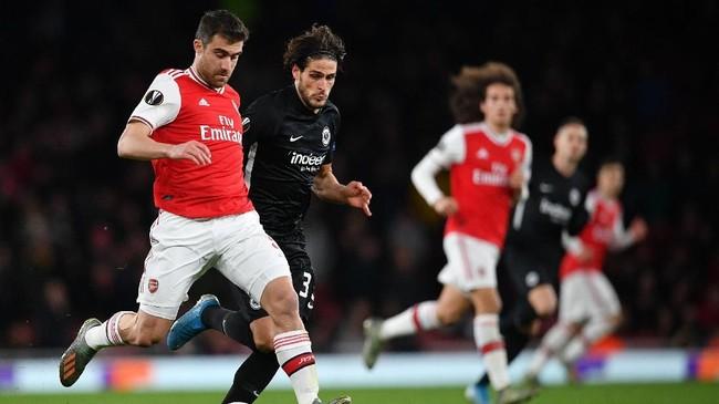 Bek Arsenal Sokratis Papastathopoulos menjaga bola dari pemain Eintracht Frankfurt. The Gunners kalah 1-2 di Stadion Emirates. (Photo by DANIEL LEAL-OLIVAS / AFP)