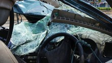 Kecelakaan Truk, Tiang Beton Tembus Mobil di Belakangnya