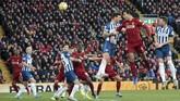 Bek Virgil van Dijk memborong dua gol Liverpool saat melawan Brighton. Van Dijk membobol gawang Mathew Ryan pada menit ke-18 dan 24'. Dua gol bek asal Belanda itu dicetak lewat sundulan yang memanfaatkan tendangan bebas serta sepak pojok. (AP Photo/Jon Super)
