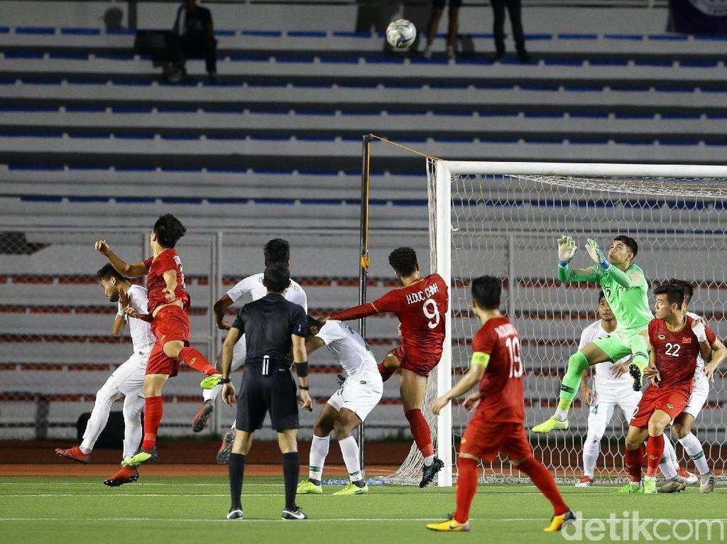 Vietnam mulai lebih rajin menekan setelah tertinggal 1-0.