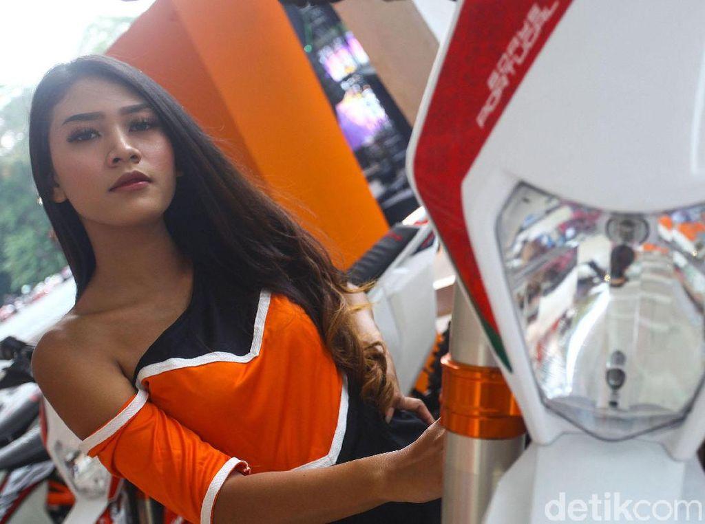 Seorang wanita cantik berpose dengan salah satu motor yang dipamerkan di IIMS Motobike Expo 2019.