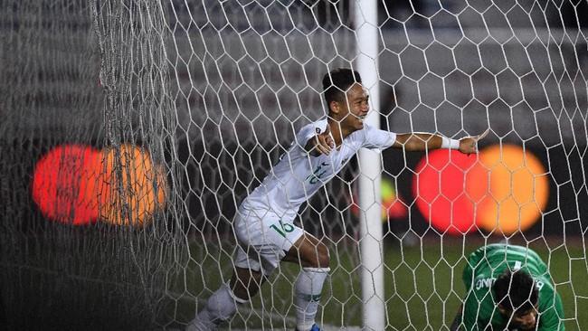Gol ini tak lepas dari kesalahan kiper Vietnam,Bui Tien Dung saat mengantisipasi umpan silang. Bola terlepas dan akhirnya disundul oleh Sani Rizki. (ANTARA FOTO/Sigid Kurniawan)