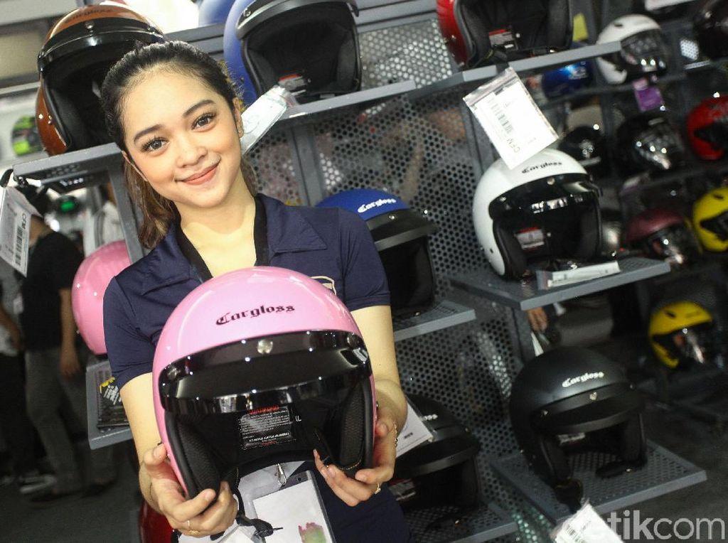 Mereka juga ramah saat memberikan informasi seputar barang yang dijual di IIMS Motobike Expo 2019.