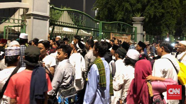 Massa Reuni 212 Mulai Datangi Monas, Desak Gerbang Dibuka