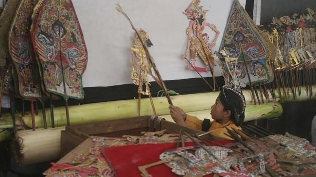 Alfian Saputro juga seorang dalang cilik. Ia pernah membawakan lakon Wahyu Makutoromo dalam Parade Dalang Cilik di Dewan Kesenian Malang, Jawa Timur, 26 Oktober lalu. (ANTARA FOTO/Ari Bowo Sucipto)