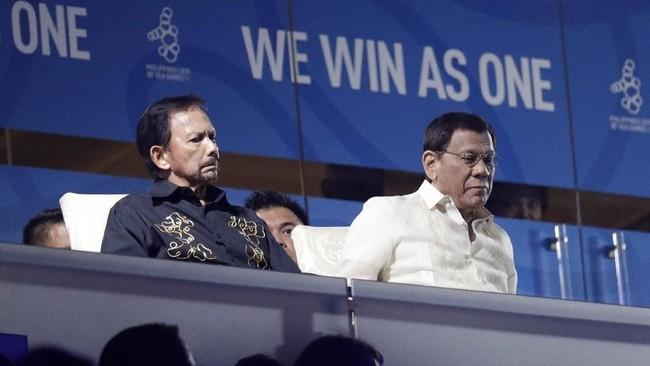 Sultan Brunei Hassanal Bolkiah menjadi salah satu tamu kehormatan di upacara pembukaan SEA Games 2019. Presiden Filipina Rodrigo Duterte secara resmi membuka SEA Games 2019. (AP Photo/Aaron Favila)