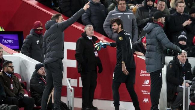 Kartu merah melawan Brighton merupakan yang pertama dalam karier Alisson baik di level klub maupun timnas Brasil. Dalam kariernya sejak 2013 Alisson baru menerima tujuh kartu kuning.(AP Photo/Jon Super)