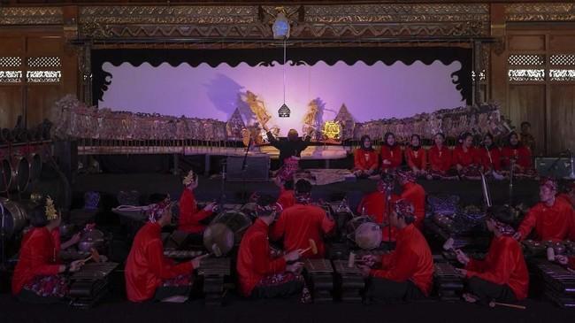 Salah satu dalang cilik, Arya Sasikirana unjuk gigi dalam lakon Dasamuka Leno pada Festival Dalang Cilik Nasional di Solo, 5 November lalu. (ANTARA FOTO/Maulana Surya)
