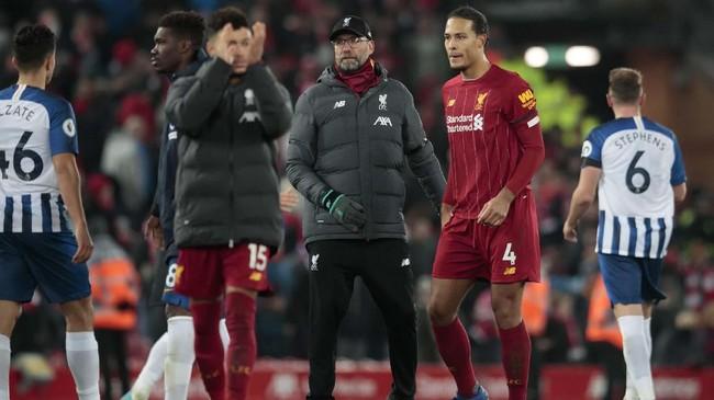 Dua golVirgil van Dijk membuat Liverpool makin kukuh di puncak klasemen lantaran Manchester City diimbangi Newcastle United 2-2. Kini Liverpool dan Man City berjarak 11 poin. (AP Photo/Jon Super)