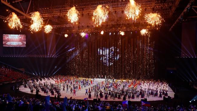 Atraksi kembang api terjadi pada upacara pembukaan SEA Games 2019 di Philippine Arena, Bulacan. (AP Photo/Aaron Favila)