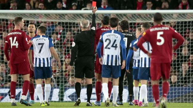 Pada menit ke-76 kiper utama Liverpool Alisson becker melakukan blunder dengan menyentuh bola di luar kotak penalti menggunakan tangan kanan saat menghalau tendangan Aaron Connolly. Wasit Martin Atkinson langsung memberikan kartu merah kepada Alisson. (AP Photo/Jon Super)
