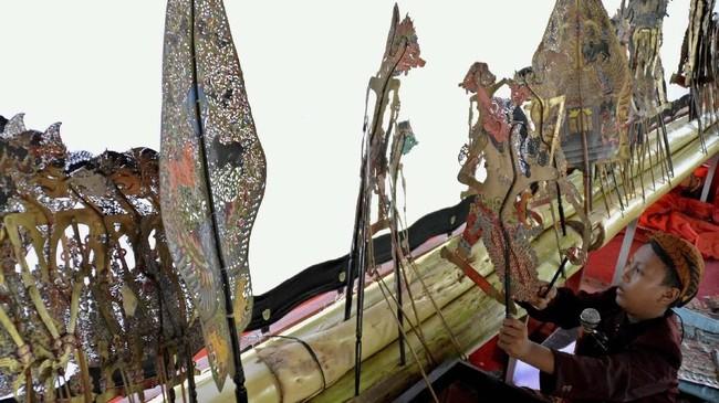 Di Semarang, ada juga Festival Dalang yang menampilkan dalang anak Esa Wijaya membawakan lakon Wiroto Parwo. (ANTARA FOTO/R. Rekotomo)