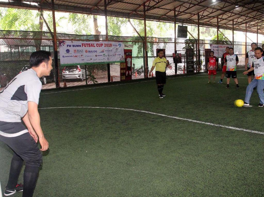 Acara pembukaan itu turnamen FUtsal itu dibuka langsung oleh Wakil Sekjen Forum Humas BUMN Ferry Andrianto dengan menendang bola pertanda dimulainya FW BUMN Futsal Cup 2019, di Planet Futsal Kuningan, Jakarta. Foto: dok. BUMN