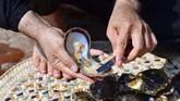 Kepala Bidang Arkeologi Departemen Budaya dan Pariwisata Abu Dhabi, Peter Magee mengatakan bahwa mutiara berusia 8 ribu tahun itu menjadi bukti eratnya hubungan antara perdagangan mutiara dengan masyarakatUni Emirat Arab dahulu kala. (GIUSEPPE CACACE / AFP)