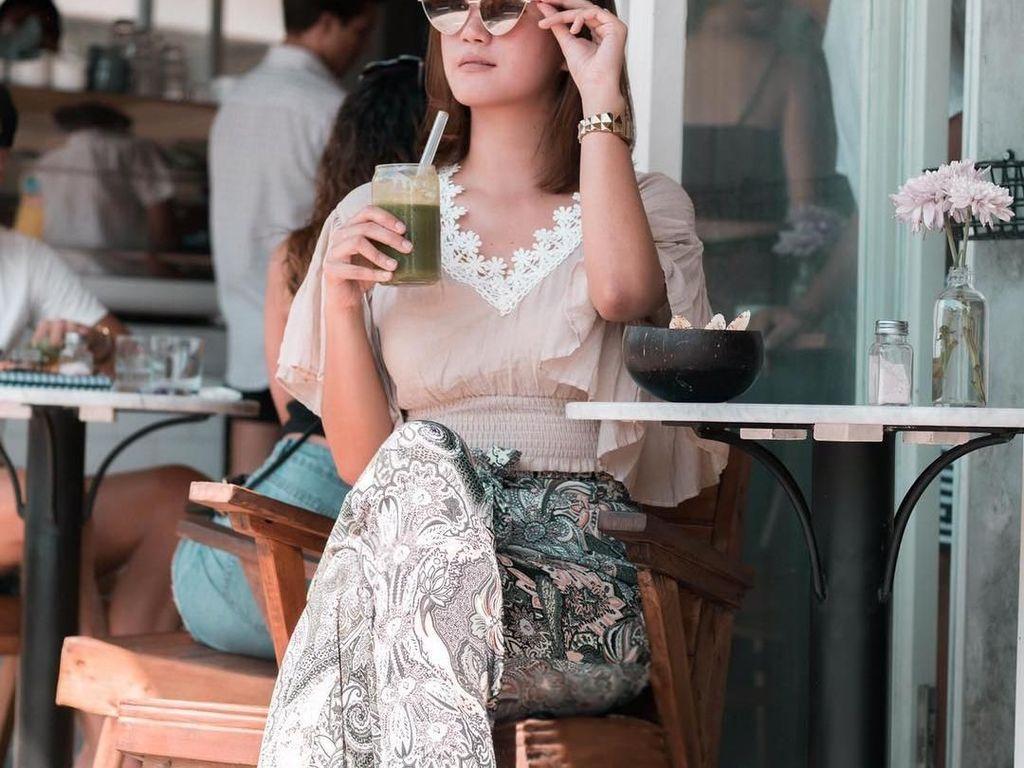 Santai di Bali, Erica memilih menikmati segelas jus sayuran dan buah. Dengan kacamata hitam yang dikenakan, Erica tampil lebih modis dan kece. Foto: instagram @ericaputrii