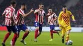 Skor 1-0 untuk Barcelona bertahan hingga laga usai. Kemenangan atas Atletico Madrid membuat Barcelona menggeser Real Madrid dari puncak klasemen Liga Spanyol berkat keunggulan selisih gol. (AP Photo/Manu Fernandez)