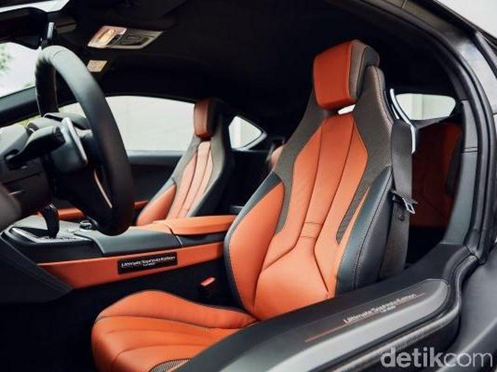 Seperti model i8 yang selama ini kita kenal, i8 Ultimate Sophisto Edition akan tersedia dalam versi coupe dan roadster (atap terbuka). Namun ada trim E-Cooper dengan sentuhan menarik di interior. Pool/BMW.