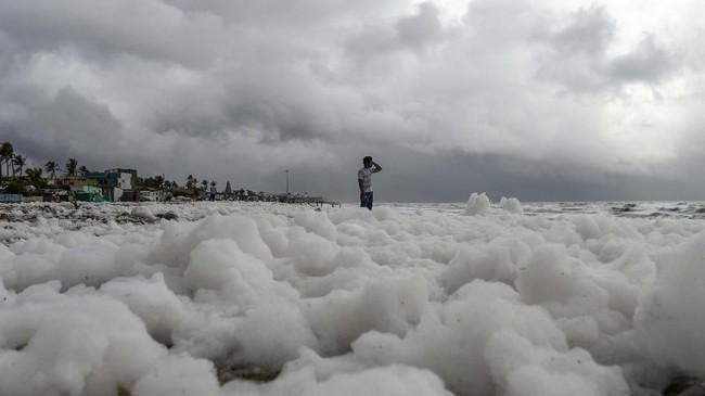 Pantai Marina di Chennai merupakan pantai perkotaan terpanjang di India. (Photo by Arun SANKAR/AFP).