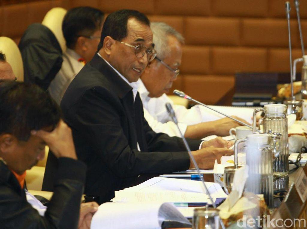 Menteri Perhubungan Budi Karya Sumadi mengatakan bahwa pihaknya akan mulai membatasi operasional truk angkutan barang jelang libur panjang Natal 2019 dan Tahun Baru 2020 (Nataru).