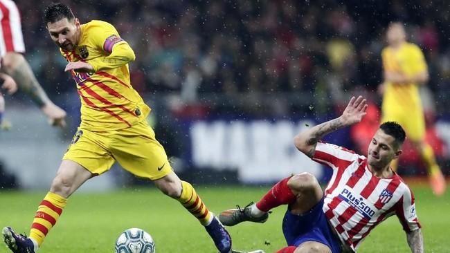 Kapten Barcelona Lionel Messi dikawal pemain Atletico Madrid Vitolo Machin. Barcelona membutuhkan kemenangan untuk menggeser Real Madrid dari puncak klasemen Liga Spanyol. (AP Photo/Manu Fernandez)