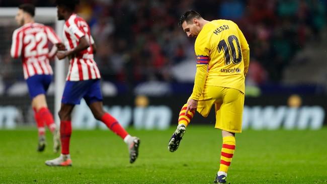 Lionel Messi melihat kondisi kaki setelah dilanggar pemain Atletico Madrid. La Pulga menjadi penentu kemenangan Barcelona di babak kedua. (AP Photo/Manu Fernandez)