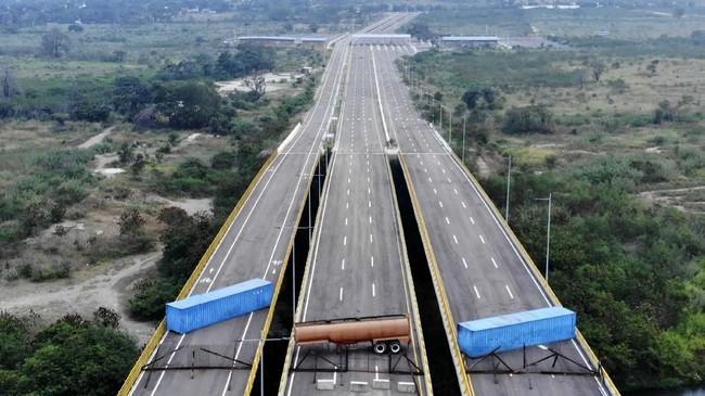 Militer Venezuela memblokir jembatan di perbatasan negara untuk menghalau bantuan kemanusiaan.(EDINSON ESTUPINAN / AFP)