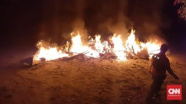 Paus yang Membusuk di Pesisir Balikpapan Dibakar