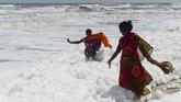 Seorang pejabat senior Dewan Pengendalian Polusi mengungkapkan hujan lebat yang terjadi beberapa hari terakhir menyebabkan aliran air di lembah sungai Adyar telah meningkat. Hal itu bercampur dengan limbah stagnan yang mengandung tingkat tinggi fosfat. (Photo by Arun SANKAR/AFP).
