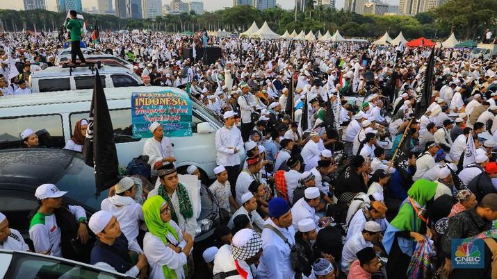 Ribuan warga peserta reuni 212 memadatai silang Monas, Jakarta, Senin (2/12/2019).