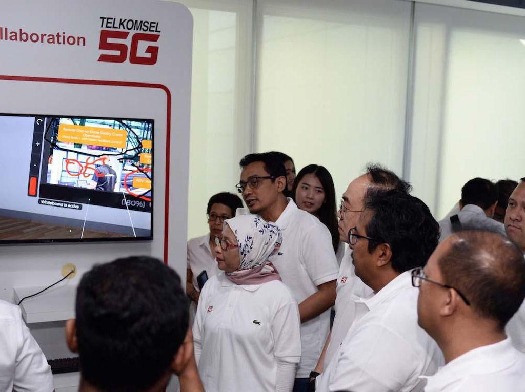 Ericsson menampilkan berbagai use case yang ditujukan untuk kemajuan industri pada uji coba 5G bersama Telkomsel di Batam, Kepulauan Riau. Use case yang ditampilkan antara lain Smart Air Patrol, Immersive Collaboration dan Smart Surveillance. Aktivitas industri akan semakin efisien dengan hadirnya beragam fungsi drone yang didukung oleh koneksi 5G. Selain itu, 5G memungkinkan kolaborasi jarak jauh, berkat koneksi cepat dan latensi yang rendah. Tidak kalah penting, tingkat keamanan di bidang industri pun juga dapat semakin ditingkatkan dengan fitur face recognition menggunakan teknologi generasi kelima. Berkolaborasi dengan Qlue, perusahaan ekosistem smart city, Ericsson siap untuk mendukung perkembangan smart city, khususnya dalam program keamanan melalui use case Smart Surveillance.