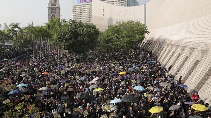 Ribuan pengunjuk rasa turun ke jalan - jalan Hongkong untuk melakukan demonstrasi pro demokrasi Minggu (1/12/2019).