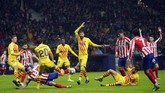 Barcelona mendapat peluang emas di babak pertama melalui sundulan Gerard Pique yang hanya membentur mistar gawang. (AP Photo/Manu Fernandez)
