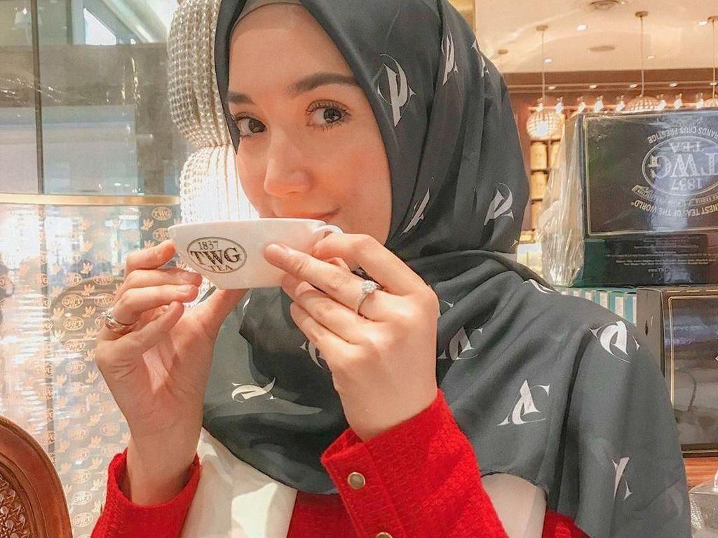 Lewat instagramnya @ericaputrii, ia sering membagikan momen kulinerannya. Erica selalu pasang wajah ceria pada momen seru bersama makanan dan mimuman. Foto: instagram @ericaputrii