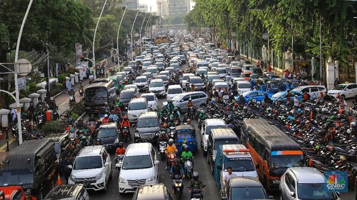 Suasana lalu lintas di Jalan Medan Merdeka Timur, Senin (2/12/2019).