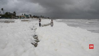 VIDEO: Pantai India Diselimuti Busa Berbahaya