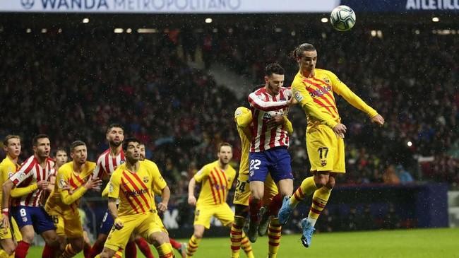 Penyerang Barcelona Antoine Griezmann untuk kali pertama kembali ke markas Atletico Madrid sejak meninggalkan klub berjuluk Los Rojiblancos itu akhir musim lalu. (AP Photo/Manu Fernandez)