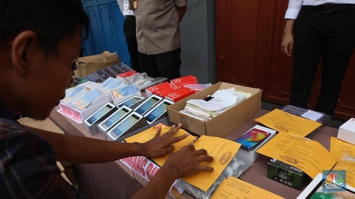 Pemerintah berkomitmen akan menyiapkan aturan International Mobile Equipment Indentity atau IMEI yang berlaku penuh pada 18 April 2020.