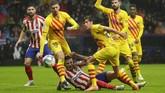 Laga babak pertama Atletico Madrid vs Barcelona berjalan ketat. Skor imbang 1-1 bertahan hingga akhir babak pertama. (AP Photo/Manu Fernandez)