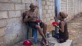 Masalah kelaparan mulai dikeluhkan warga lantaran larangan menerima bantuan dan upah pekerja yang belum dibayarkan sejak Mei 2019.(AP Photo/Rodrigo Abd)