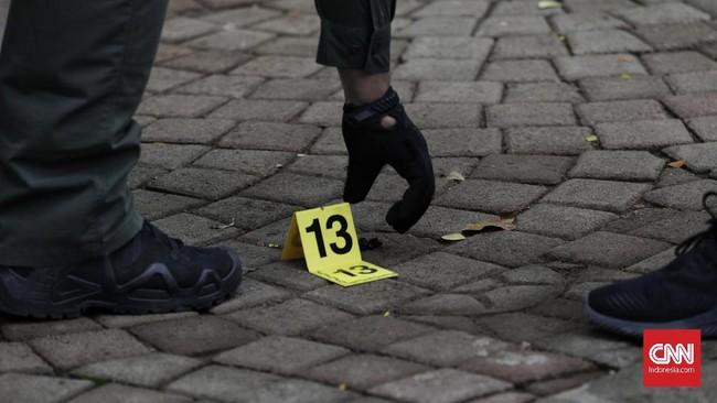 Polisi menyebut ledakan berasal dari granat asap. Dua orang anggota TNI terluka terkena ledakan. (CNN Indonesia/ Adhi Wicaksono)