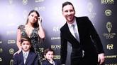 Lionel Messi hadir dalam acara penghargaan Ballon d'Or bersama sang istri Antonella Roccuzzo dan kedua putranya, Thiago dan Mateo di Chatelet Theatre, Paris, Senin (2/12) waktu setempat. (Photo by FRANCK FIFE / AFP)