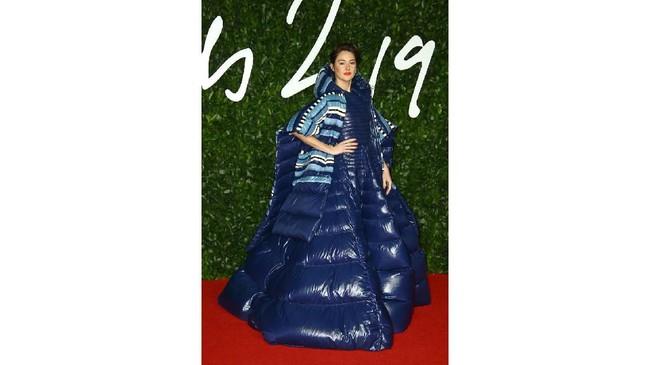 Aktris Shailene Woodley tampil dengan gaun parasut biru yang mengembang. Dia tampak seperti ban yang mengapung di kolam renang. (Photo by Joel C Ryan/Invision/AP)