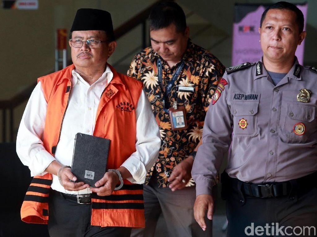 Bupati nonaktif Indramayu, Supendi, menjalani pemeriksaan di KPK, Jakarta, Selasa (3/12/2019).