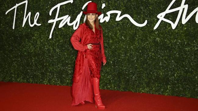 Tampil serba merah di karpet merah membuat Noomi Rapace tampil berlebihan. (Photo by Joel C Ryan/Invision/AP)