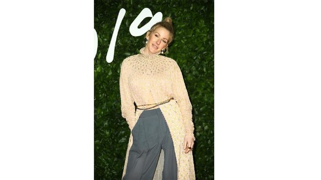 Tak ada yang istimewa dari penampilan penyanyi Ellie Goulding. Dia memadukan gaun panjang dengan palazzo abu-abu dan sepatu hak tinggi hitam. Penampilannya terlihat kurang serasi. (Photo by Joel C Ryan/Invision/AP)