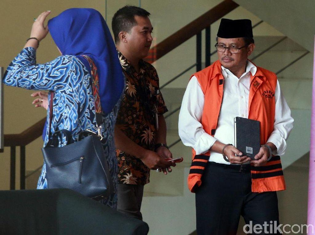 Sebelumnya, KPK menetapkan Supendi, Kepala Dinas PUPR Kabupaten Indramayu Omarsyah (OMS), dan Kepala Bidang Jalan Dinas PUPR Wempy Triyono (WT) sebagai tersangka kasus suap terkait proyek di Dinas PUPR.
