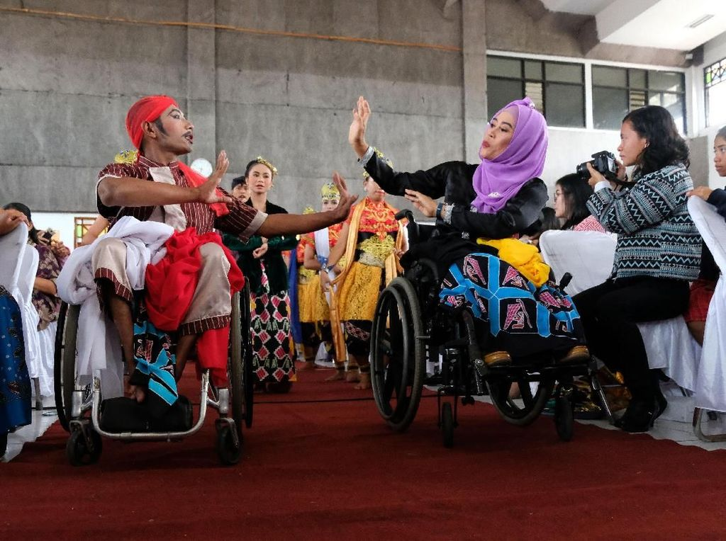 Sedangkan para penyintas disabilitas di Wonosobo memperingati Hari Disabilitas Internasional dengan menggelar acara yang menampilkan beragam kegiatan menarik, salah satunya adalah pentas tari dari para penyintas disabilitas. Antara Foto/Anis Efizudin.