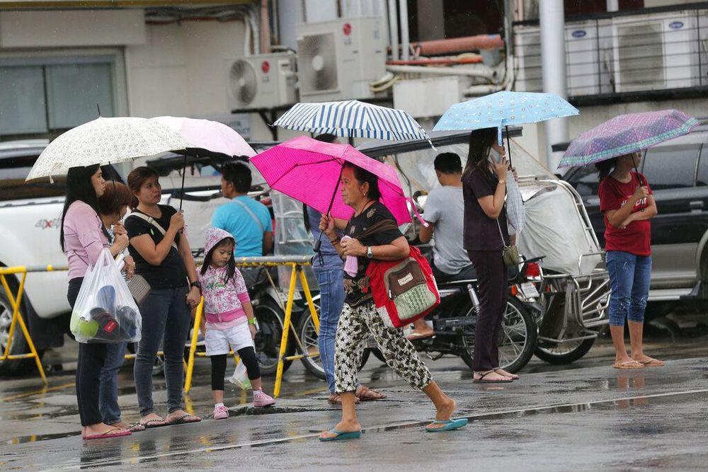 Filipina mengevakuasi 200.000 orang dan telah menutup bandara terbesar di negara itu karena angin kencang dan hujan lebat dari Badai Kammuri.