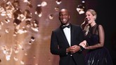 Legenda Chelsea Didier Drogba (L) penyiar televisi Sandy Heribert menjadi pemandu acara dalam malam penganugerahan Ballon d'Or 2019 di Chatelet Theatre, Senin (2/12). (Photo by FRANCK FIFE / AFP)