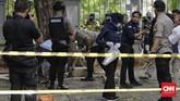 Polisi langsung menggelar olah TKP di lokasi ledakan. Jalan di sekitar Monas dan kawasan Monas sempat ditutup. (CNN Indonesia/ Adhi Wicaksono)